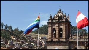 Non, ce n'est pas le drapeau gay ou des Bisounours. L'arc-en-ciel est le symbole de Cuzco