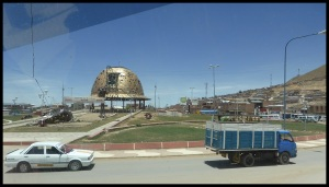 Oruro, ville minière, d'où le casque géant