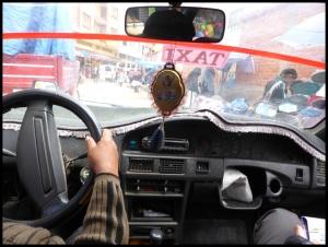 Ce taxi a connu une première vie en Inde. En arrivant ici, ils ont juste bougé le poste de conduite à gauche...
