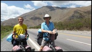 Ce jour là, nous rencontrons pleins de cyclistes : 3 argentins, 2 italiens et ces 2 français sur des vélos à assistance electrique. Leurs batterie n'a pas passé la douane... ils galèrent maintenant avec un vélo très lourd et seulement 7 vitesses !!