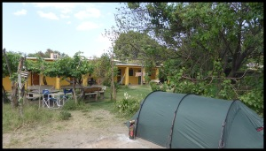 on dort dans une chambre la 1ere nuit puis on décide de planter la tente, c'est 3 fois moins cher