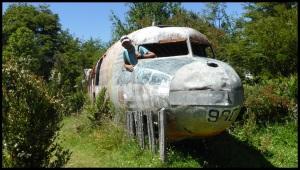 une carcasse d'avion au milieu de nulle-part. J'suis bonne en hôtesse ou pas ?