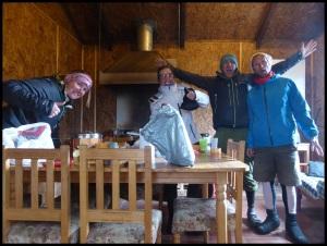 les douaniers sont sympa et nous mettent une cabane à dispo pour manger